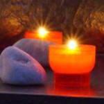 Kerzen und Steine